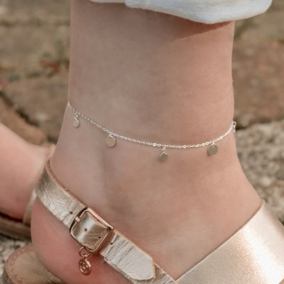 Channel the 90s with our sterling silver Disc Anklet
