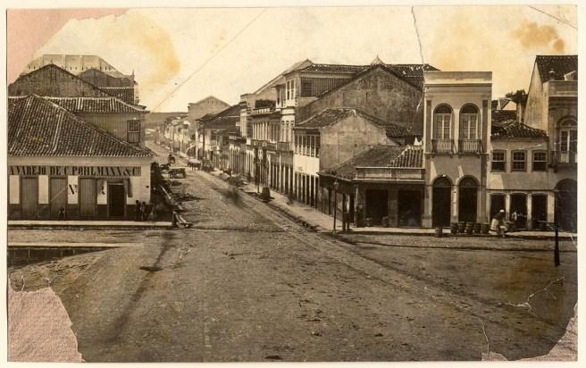 foto 040f da fototeca do Museu Hipólito José da Costa - Irmãos Ferrari - Rua Voluntários da Pátria esq Praça XV de Novembro - início do séc XX.