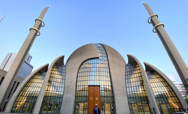 Almanya'da DİTİB Merkez Camii'nde ilk kez açıktan akşam ezanı okundu