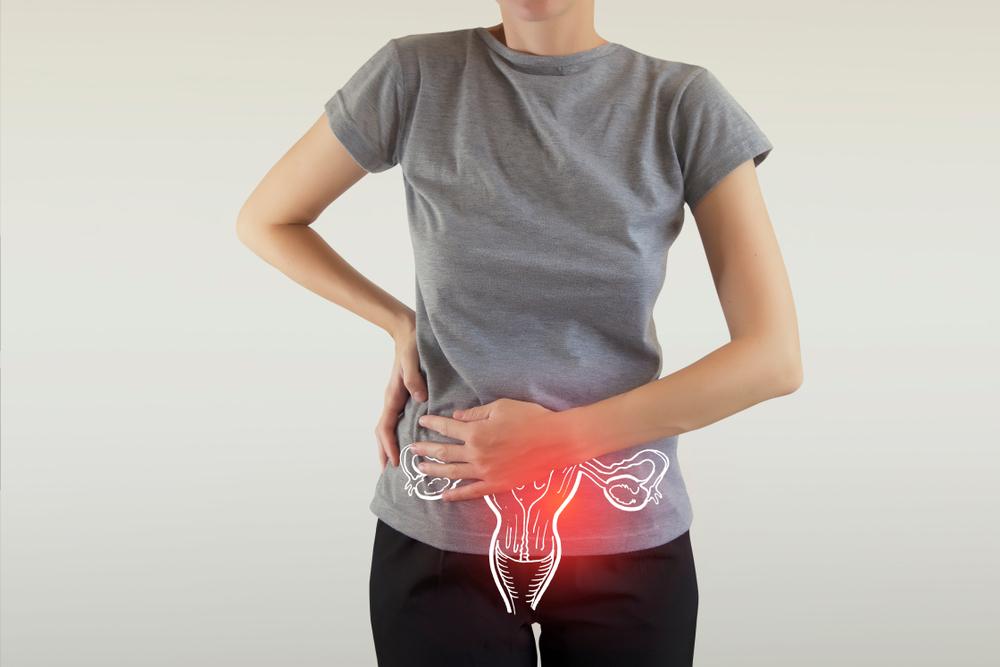Mulher com dores geradas pela menstruação retrógrada