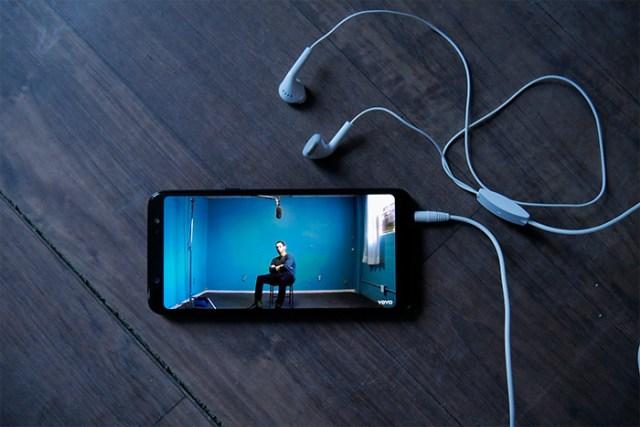 Samsung Galaxy A6 Plus headphones