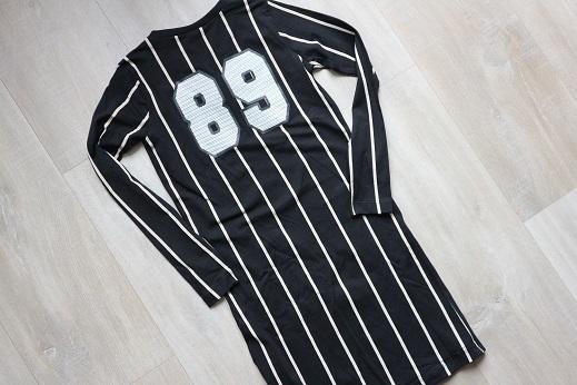 Meisjes jurk zwart met streepjes en lange mouwen wibra achterkant