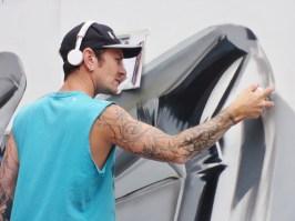 Fanakapan street artist at work