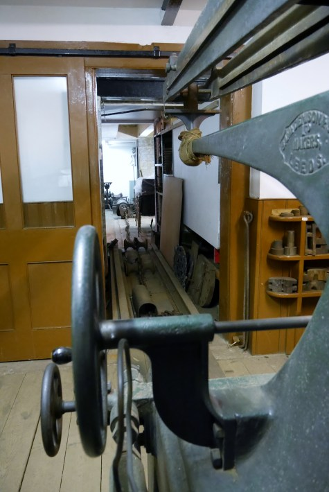 Machine to test the strength of chains