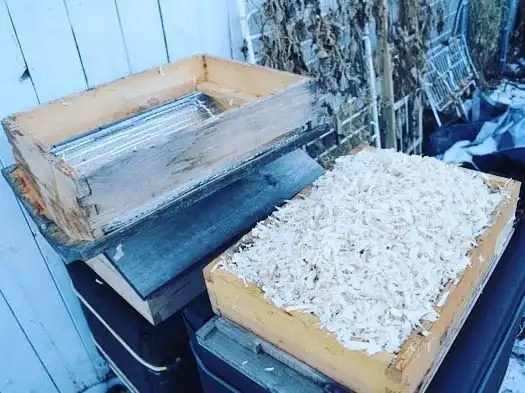 Overwintering a Beecentric Hive. Beehives lose 75% of their heat through their roofs yet we commonly underinsulate them. A Warre top-quilt adds extra insulation while still allowing the hive to breathe.