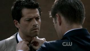 """Tay cài nút áo cho Cas :"""">"""