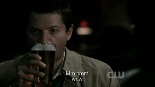 Trong lúc Dean bắt chuyện với em gái kia thì Cas uống bia như nước lã =))))