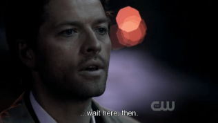 """""""… Chờ ở đây vậy."""" Cas hoàn thành câu nói =))) *tội quá đi*"""