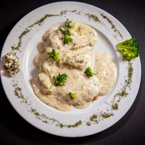 Chicken breast with blue cheese and broccoli cream sauce