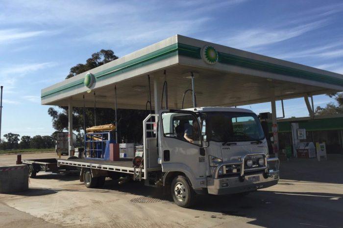 Ein Isuzu LKW mit Anhänger auf einer Tankstelle
