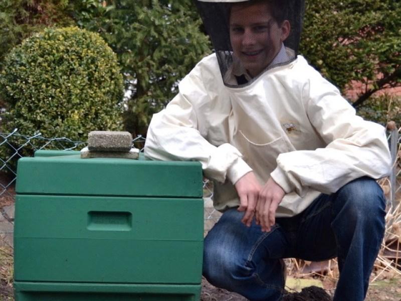 Imker Felix Mrowka mit seinem ersten Bienenvolk