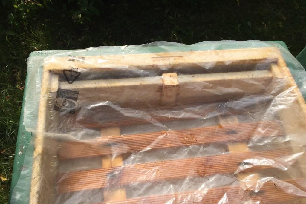 Mit einer Folie bedeckte Futterzarge zum Bienen Füttern