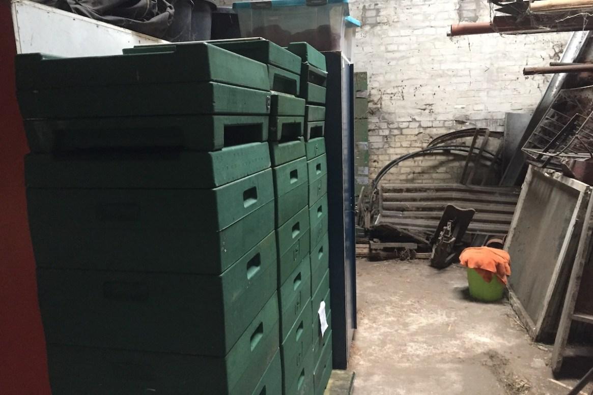 Ein Lagerplatz für Imkermaterialien auf einem Heuboden