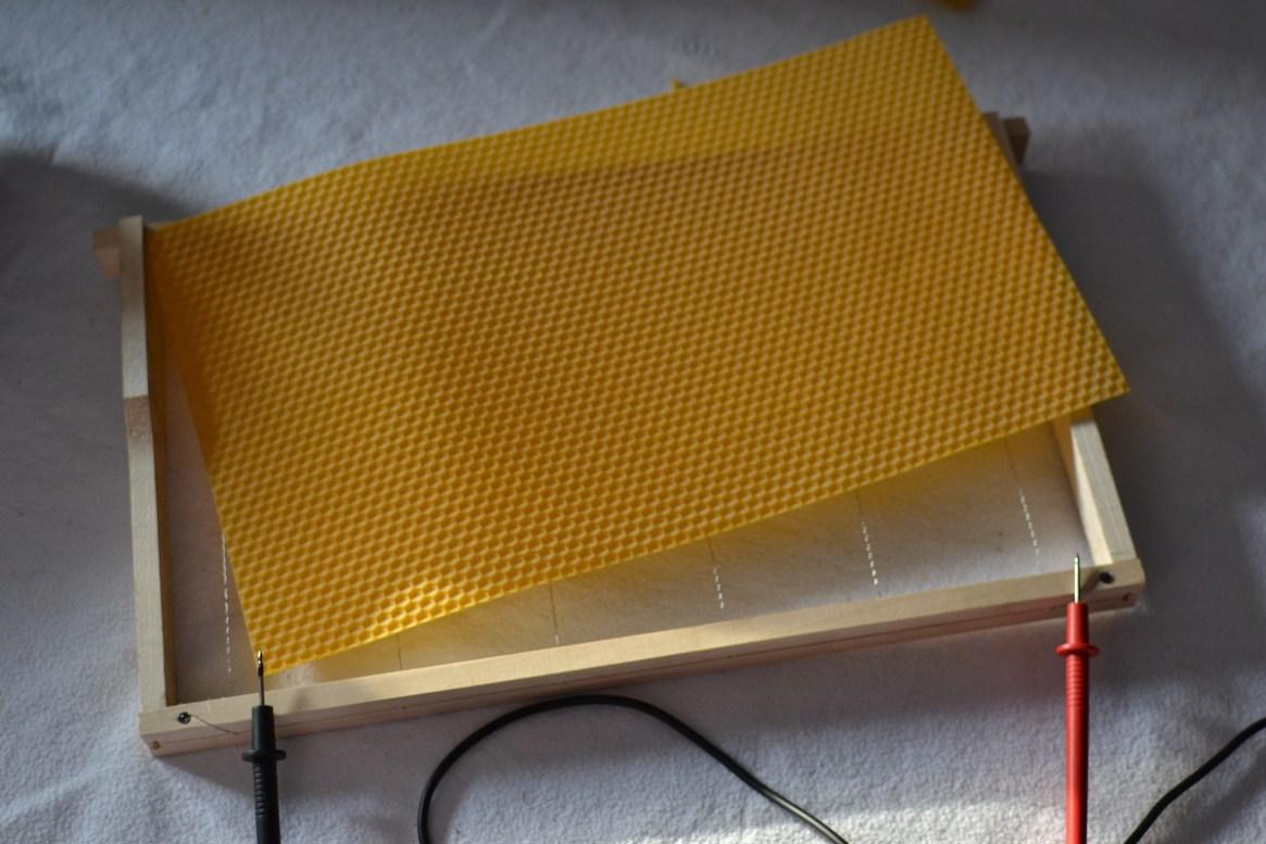 Ein gereinigtes Rähmchen kann wieder mit einer Wachsplatte für das Bienenvolk vorbereitet werden