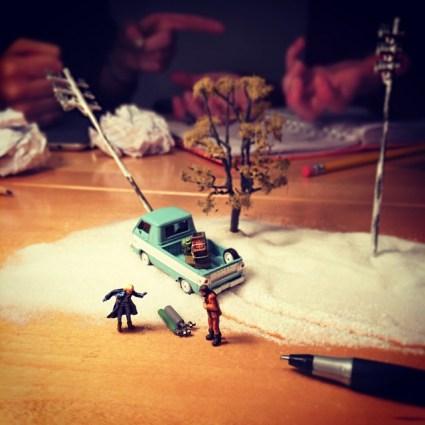 Des photos amusantes pour immortaliser la vie en agence avec des figurines miniatures