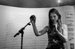 zangeres iris penning trad op tussen de verrichtingen van de bedrijvers der poëzie