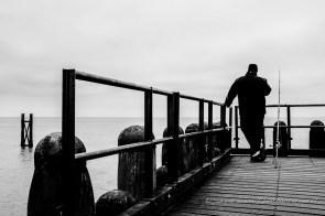 een visser op de pier bij westkapelle