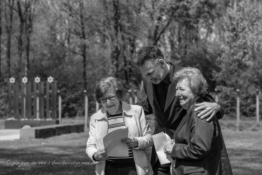 een emotioneel moment als directeur jeroen van den eijnde van nationaal monument kamp vught de tweelingzusjes waagenaar bedankt voor hun bijdrage aan de dodenherdenking.
