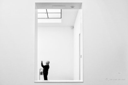 een bezoeker van het van abbemuseum doet het zelfde als ik: iets moois fotograferen. voor mij is dat vooral het licht.