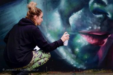 magdalena kowalczuk aan het werk op de muur rond het toekomstige gasthuiskwartier in den bosch