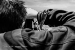 de fotografiebeurs is een gemaskerd bal, soms letterlijk, soms zijn het alleen gezichten die schuil gaan achter lenzen...