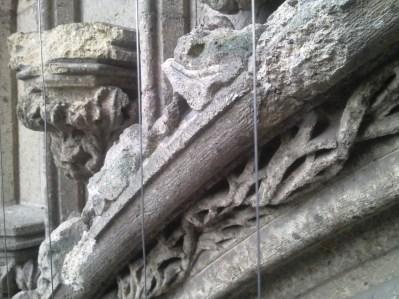 verwering tufstenen delen Zuiderportaal Stevenskerk