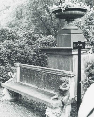 tuinbank kasteel twickel met faunen, foto van voor 1980