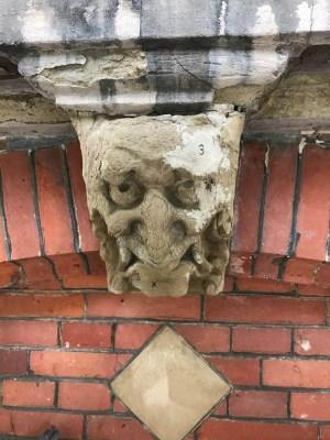 Vier grotesken in Amsterdam, grotesk 2, verweerd