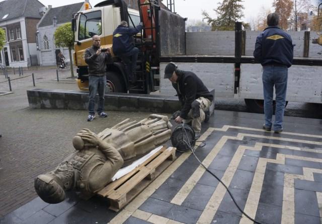 Moses and Aaron back in Veghel. Sculptor Koen van Velzen prepares for installing the sculptures