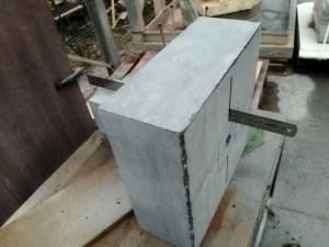 ruw blok steen voor de Dom van Aken. Met diamantkettingzaag een doorsteek gemaakt