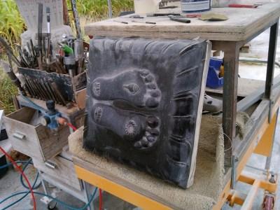 carving padukas in black granite-het maken van padukas in zwart graniet
