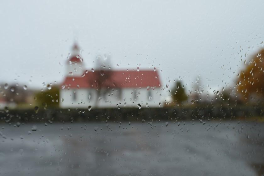Kirche von Möðruvellir im Regen