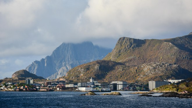 Eine Stadt in den Bergen am Meer – Svolvær, Lofoten