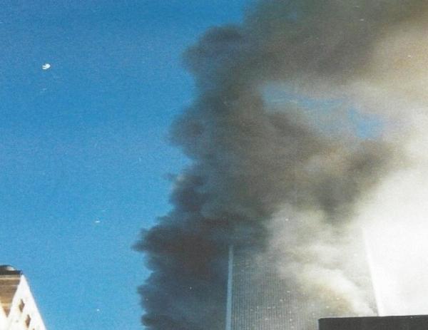 1TowerIIJustHitZoom2Before Tower2CollapseGiveAwayPlaneFlyingByPic309112001 600x463 - Salen a la luz unas exclusivas fotografias del 11 de Septiembre