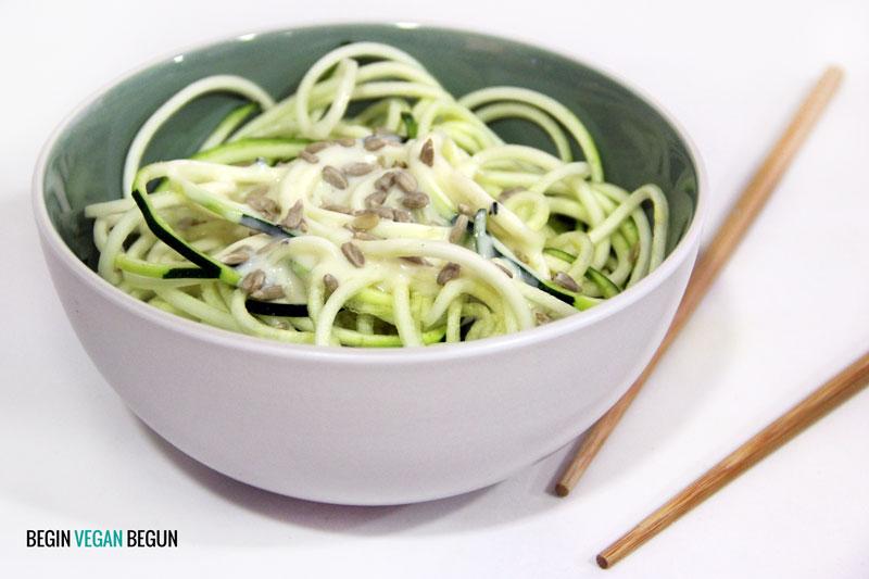 Zoodles con salsa de yogur vegana