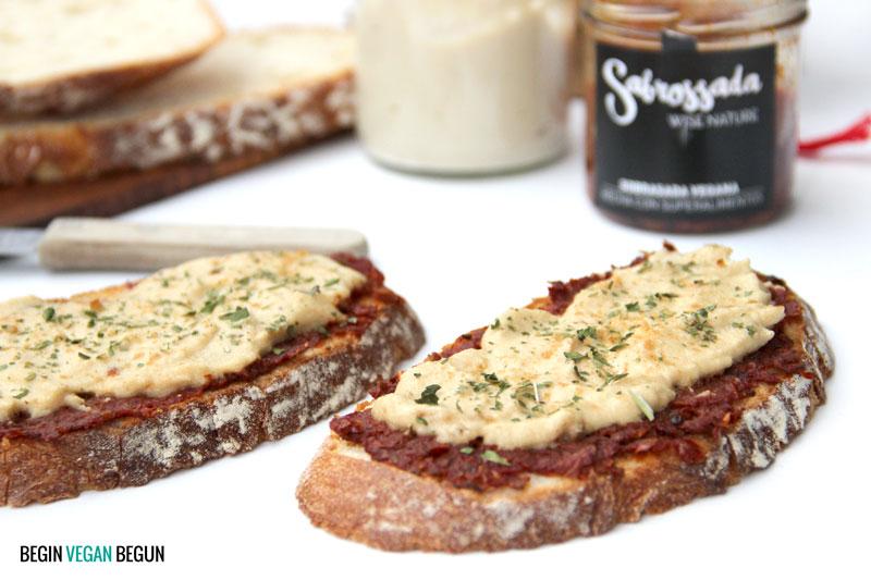 Tostas de sobrasada vegana y queso de anacardo