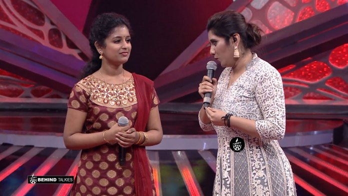 Chinmaiyi and Priyanka in Super Singer Set