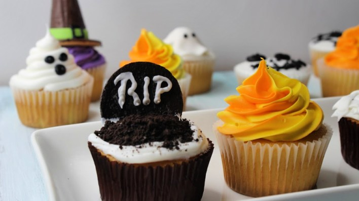 Behind the Cake ~ Halloween cupcakes decorated with buttercream