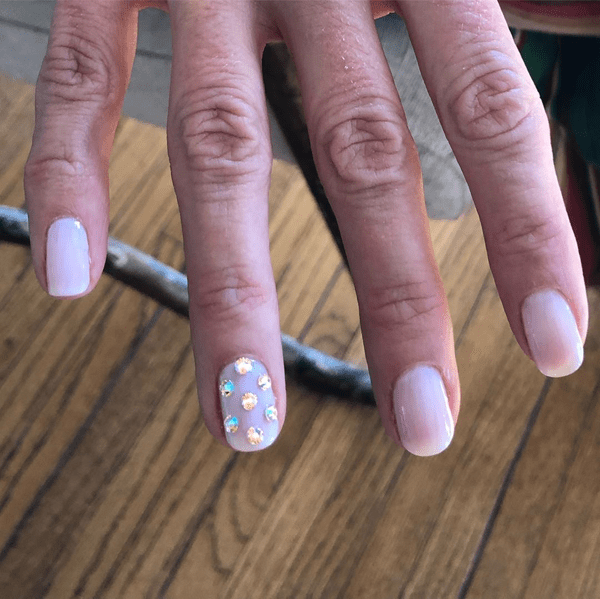 Connie Britton wearing Swarovski nail crystals at the Golden Globes 2019. Nails by @nettienailsit.