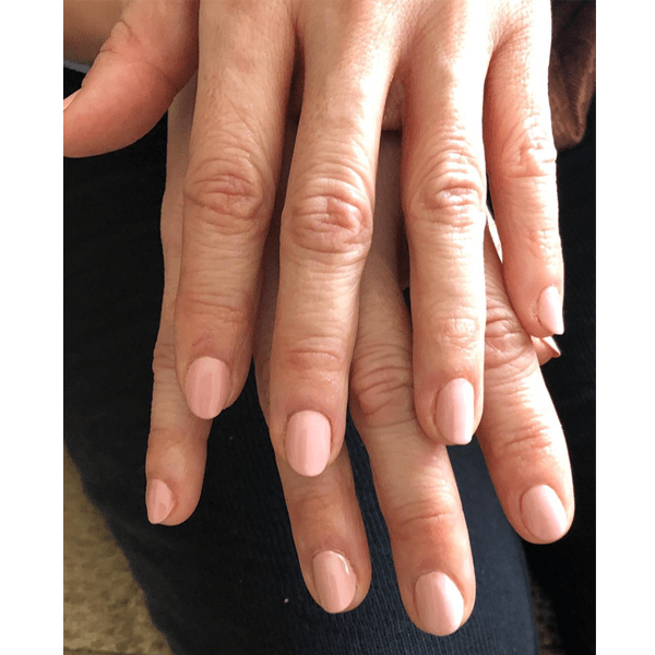Sandra Oh wearing Essie nail polish at the Golden Globes 2019. Nails by @christinaviles.