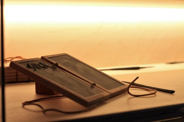 Archeologisch museum Velzeke - binnen - collectie - 006 tablet en stylus 2
