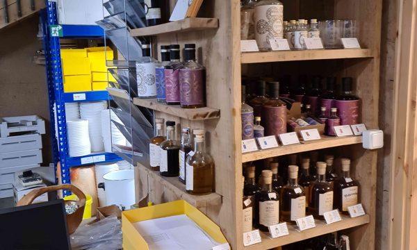 Im Eingangsbereich offerieren wir Ihnen eine Auswahl sorgfältig gebrannter lokaler Gin Spezialitäten der Marke Opyos aus Heffingen