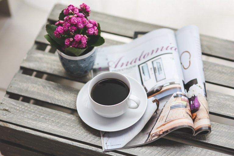 Kaffee Tasse Zeitung Blumen Tisch lesen Blog Beihilfe Partner