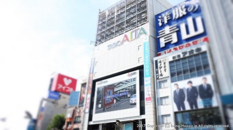 新宿駅からサムラート新宿へ行くまでの道ジュンー写真はアルタ前