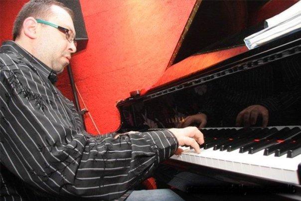 Arthur Satyan Acoustic Ensemble At RAZZ'zz Club