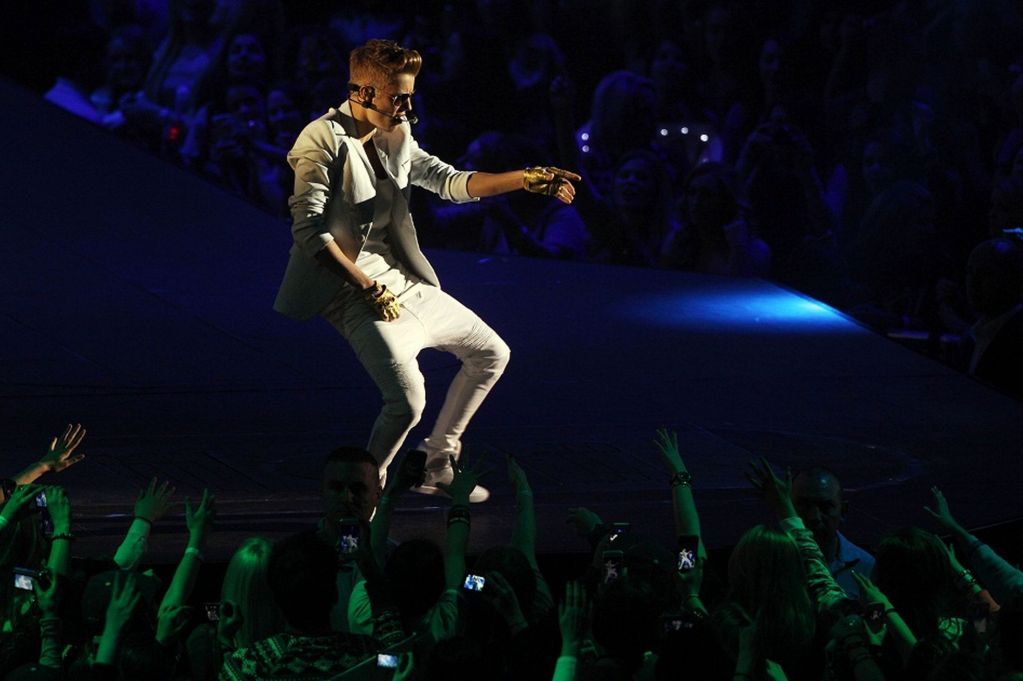 Justin Bieber booed at the O2 Arena!