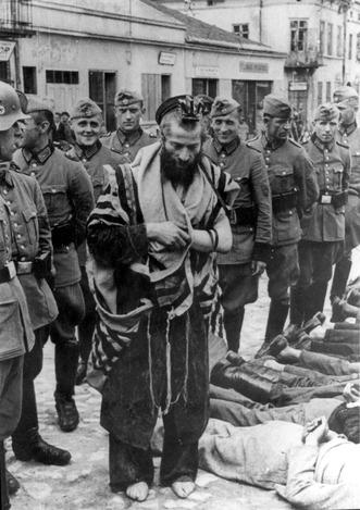 משה בן יצחק הגרמן יחף ומושפל על ידי שוטרים גרמניים   קרדיט: ויקיפדיה