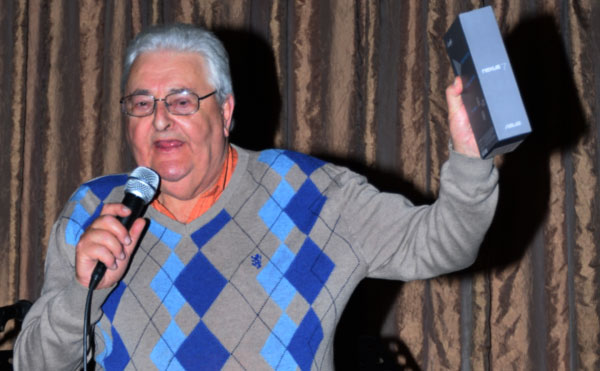 Simon Hochschild handing out prizes at a Beit Emanuel fund-raising event while he was chairman