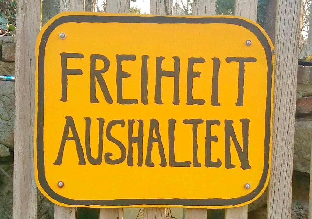 Freiheit Aushalten #schild #sign bear freedom