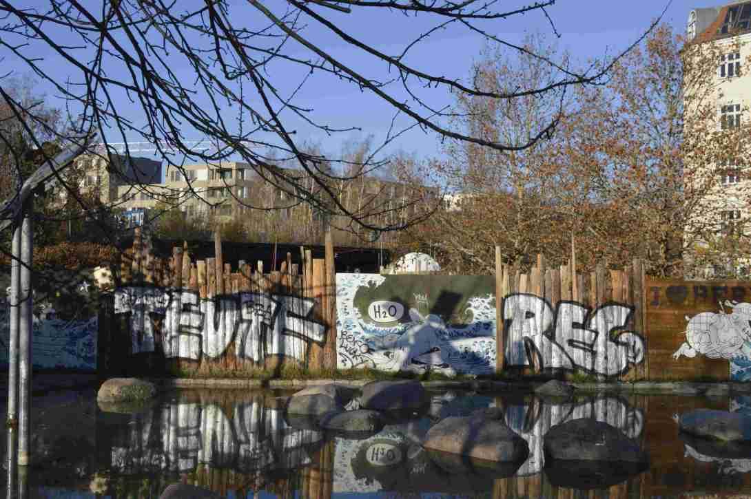 Water feature Wedding left Prenzlauer Berg right - dressed up construction site Mauerpark Berlin - bekitschig.blog